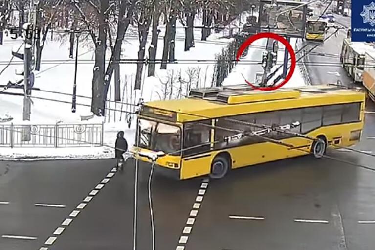 У Києві тролейбус збив жінку на переході (ВІДЕО)
