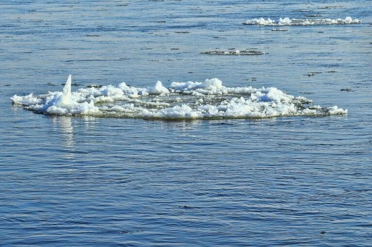В Киеве на Днепре спасли двух мужчин, дрейфовавших на льдине (ВИДЕО)
