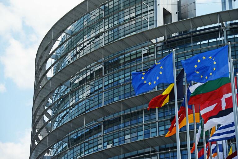 """""""Стагнуюча авторитарна клептократія"""": Європарламент прийняв жорстку резолюцію щодо Росії"""