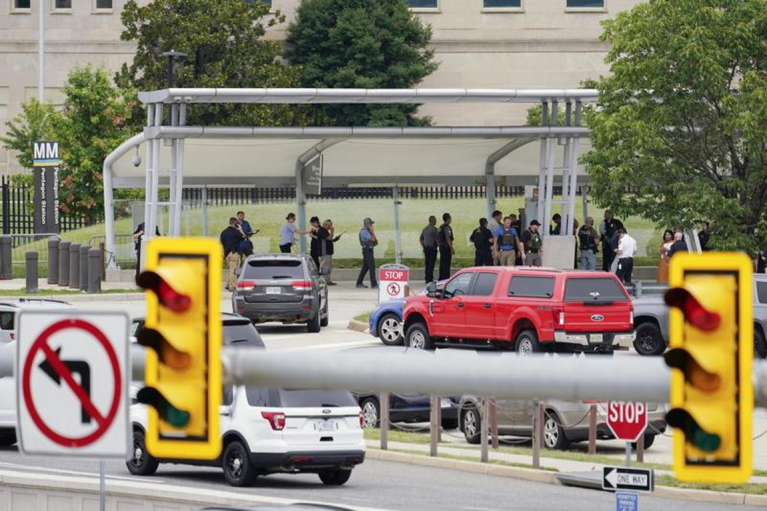 Невідомий відкрив стрілянину у Пентагоні у Вашингтоні: будівлю блокували (ВІДЕО)