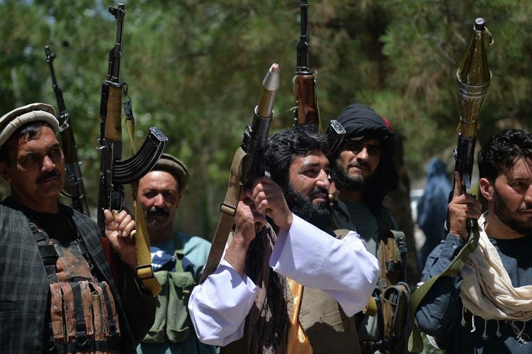 Талибам запретили делать селфи, носить длинные волосы и белые кроссовки