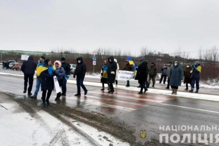 """Участники """"тарифного протеста"""" перекрыли автотрассу на Буковине (ФОТО)"""