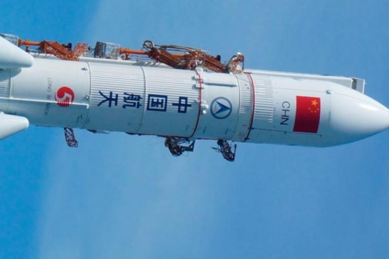 Неконтролируемая китайская ракета, которая могла упасть на Азию, приземлилась в Индийском океане (ВИДЕО)