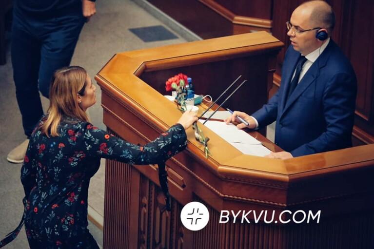 """Степанову в Раде """"подарили"""" две траурные гвоздики (ФОТО)"""