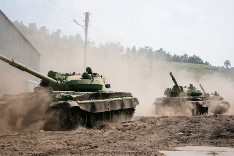Оккупанты разместили танки в поселке на Донбассе, нарушив линию отвода
