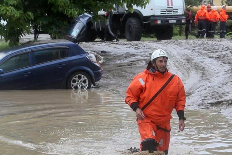 Зливи затопили російське Сочі: сім'ю на автівці віднесло у відкрите море (ВІДЕО)