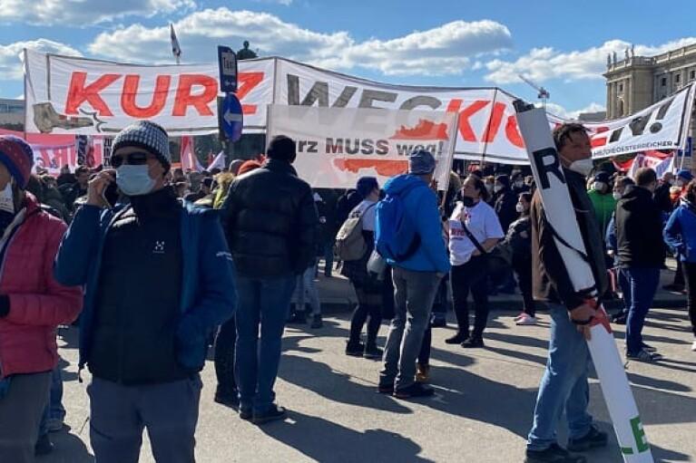 Тисячі людей у Відні протестували проти влади та карантину (ФОТО, ВІДЕО)