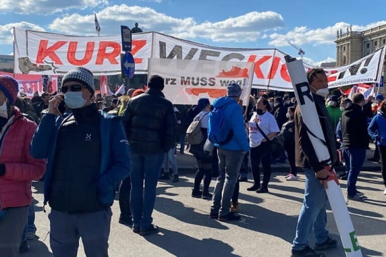 Тысячи людей в Вене протестовали против власти и карантина (ФОТО, ВИДЕО)