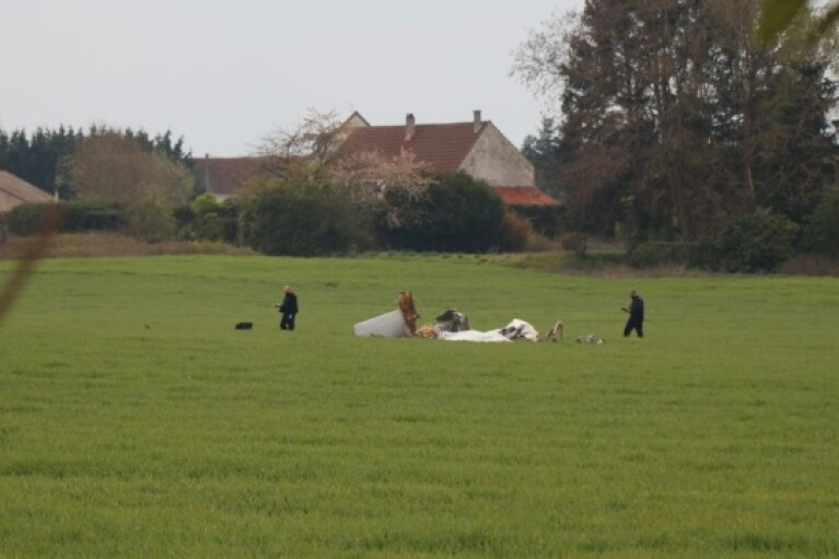 Внаслідок авіакатастрофи під Парижем загинуло чотири людини (ФОТО)