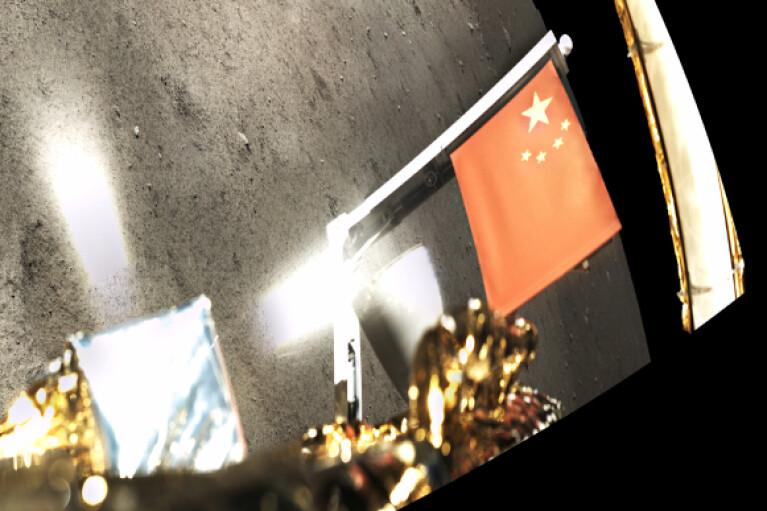 Китай водрузил флаг на Луне (ФОТО)