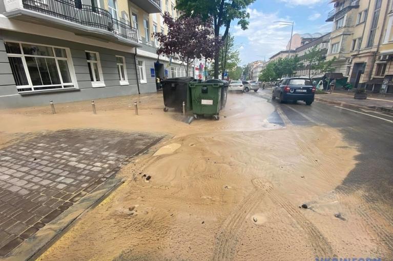 Центр Киева залило кипятком и грязью из-за прорыва теплосети (ФОТО)