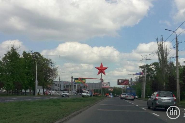 На в'їзді до окупованого Донецька встановили величезну червону зірку (ФОТО)