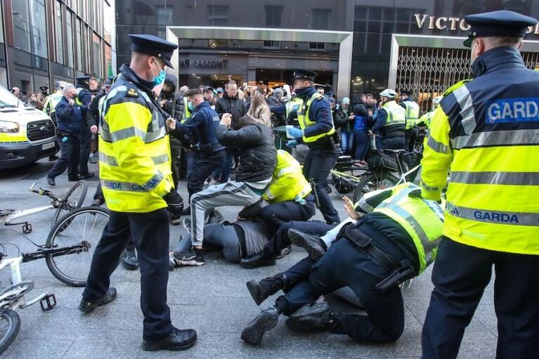 В Ирландии продление локдауна привело к столкновениям с полицией, есть пострадавшие (ВИДЕО)