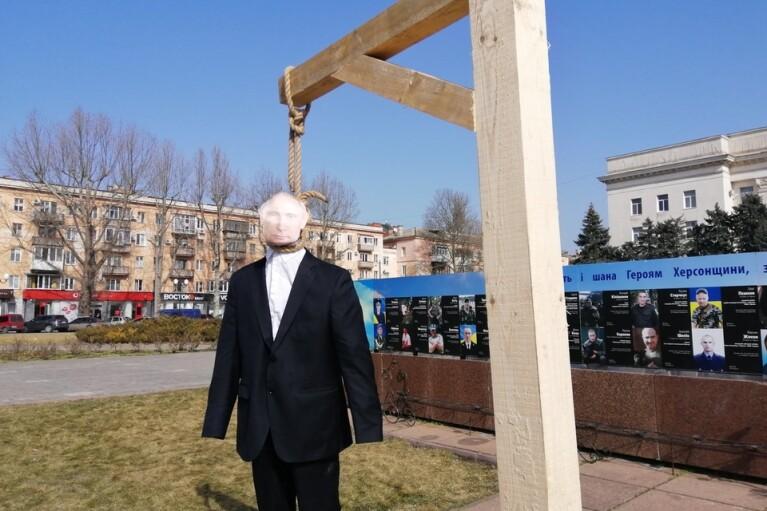 """В Херсоне повесили """"Путина"""": чучело набили агитками Шария (ФОТО)"""