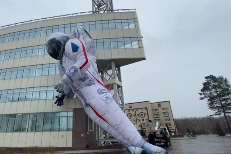 Символічно здувся: в Красноярську звалилася гігантська фігура космонавта (ВІДЕО)