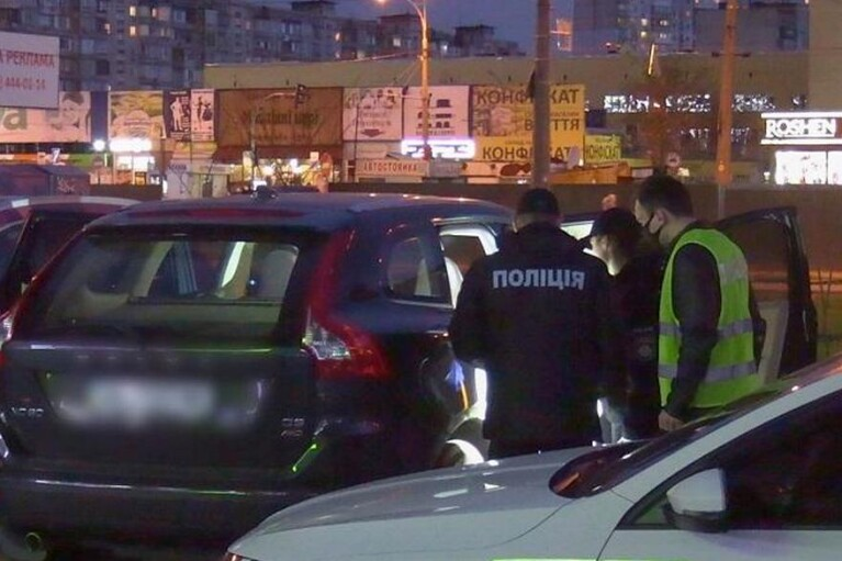 Киевлянин напал на авто, в котором находились мать с дочерью, и потребовал $5 тысяч (ФОТО, ВИДЕО)