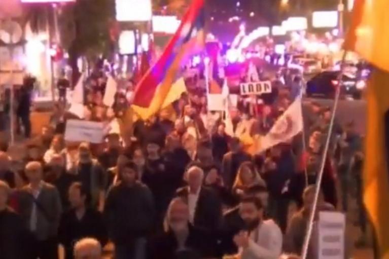 "Армяне спели хит ""Путин — х***о"" на улицах Еревана (ВИДЕО)"
