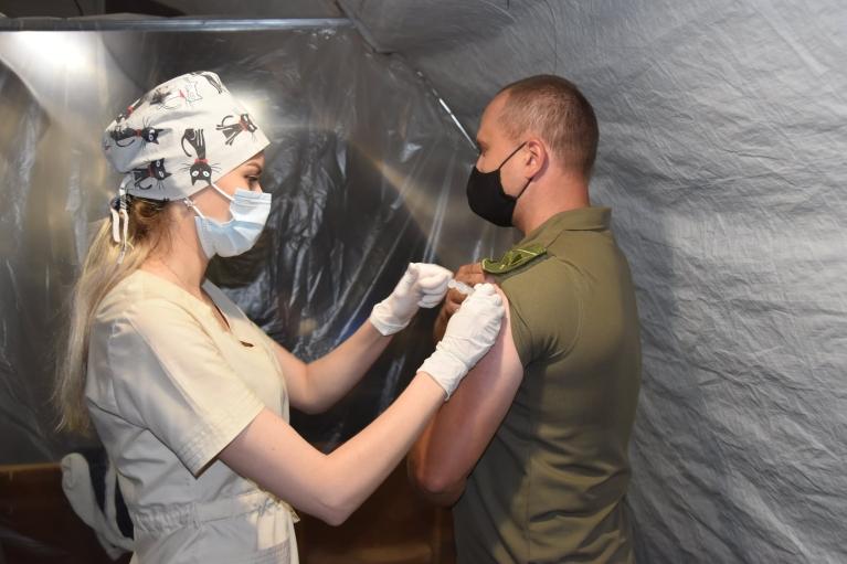 В штабе ООС рассказали, сколько военных получили прививки от коронавируса и какими вакцинами