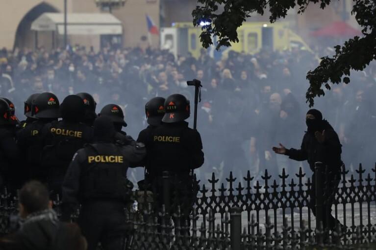 """Поліція жорстко розігнала """"антикарантинні протести"""" у Празі (ФОТО, ВІДЕО)"""