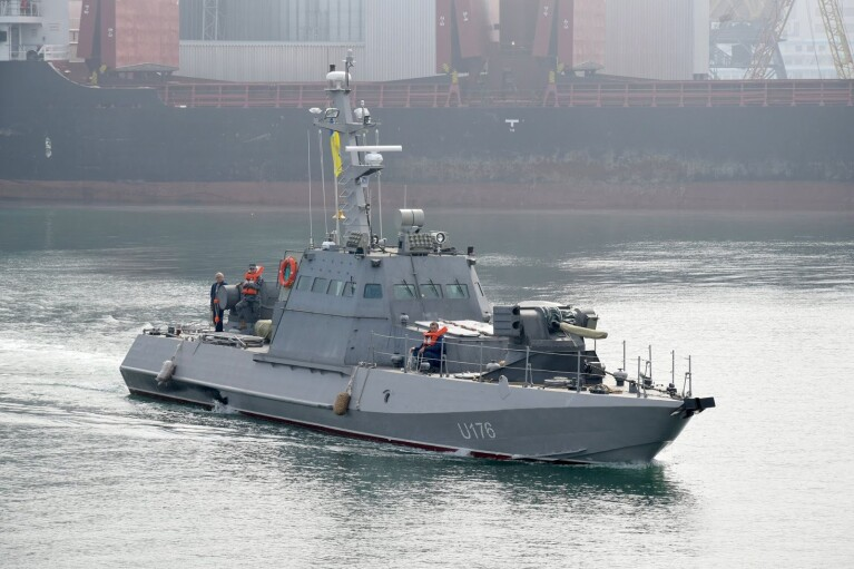 Инцидент в Азовском море: украинские моряки предупредили россиян о готовности отрыть огонь