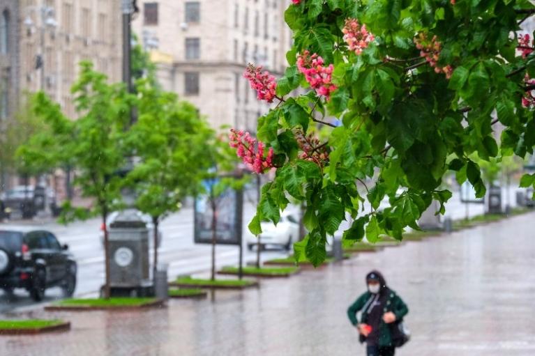 """Украину в понедельник накроет грозами и """"засыплет"""" градом"""