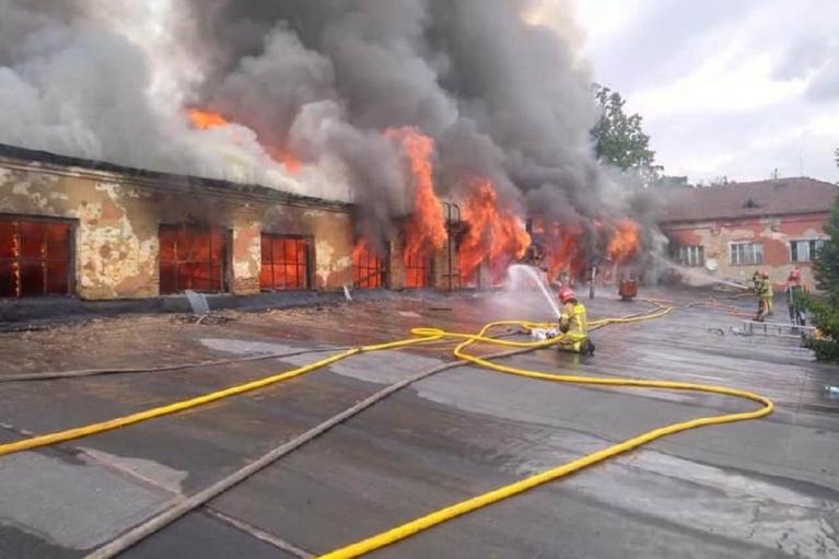 В Ужгороде более 40 спасателей тушат пожар на территории завода (ФОТО)
