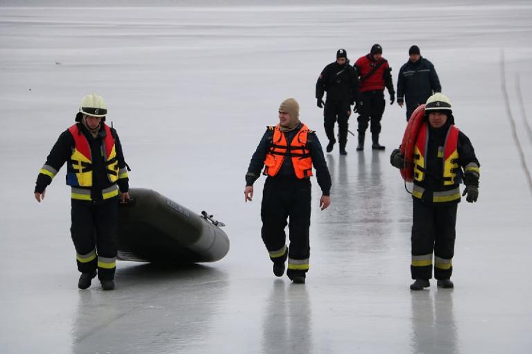 В Днепре шестерых рыбаков унесло на льдине