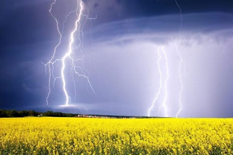 На Луганщині двоє чоловіків загинули від влучення блискавки