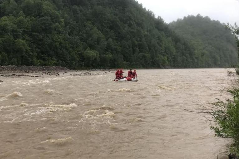В Карпатах в реку упал школьник: тело нашли спасатели (ФОТО)