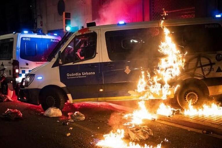Поджоги и грабежи: в Барселоне новые протесты через суд на рэпером (ФОТО, ВИДЕО)