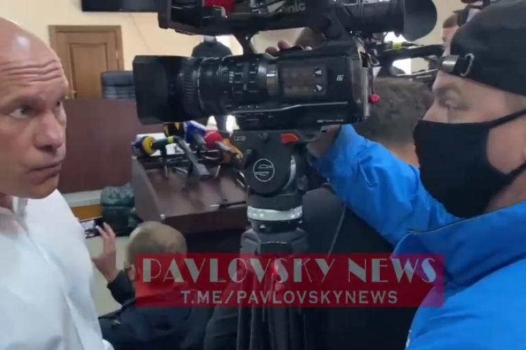"""Кива у суді по Медведчуку накинувся на журналіста через """"дупу перед обличчям"""" (ВІДЕО)"""