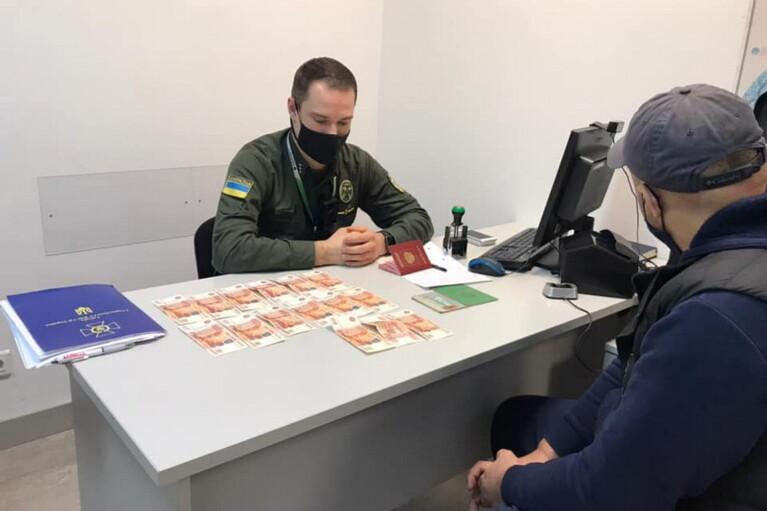 Россиянин предлагал взятку в рублях, чтобы попасть в Украину