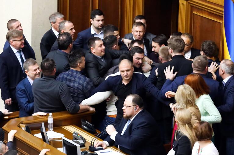 Привід для нової бійки. Як депутати затверджуватимуть великий Герб України