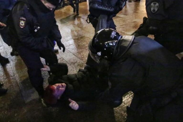 """Протесты в РФ: у """"Матросской тишины"""" ОМОН избивает митингующих ногами и дубинками"""