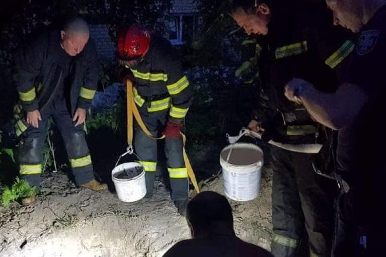 Копав криницю: у Києві чоловіка засипало землею на глибині 4 метри
