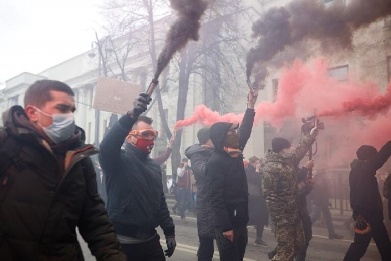Протести у Києві: колона з запаленими фаєрами вирушила з Банкової до офісу Венедіктової (ФОТО, ВІДЕО)