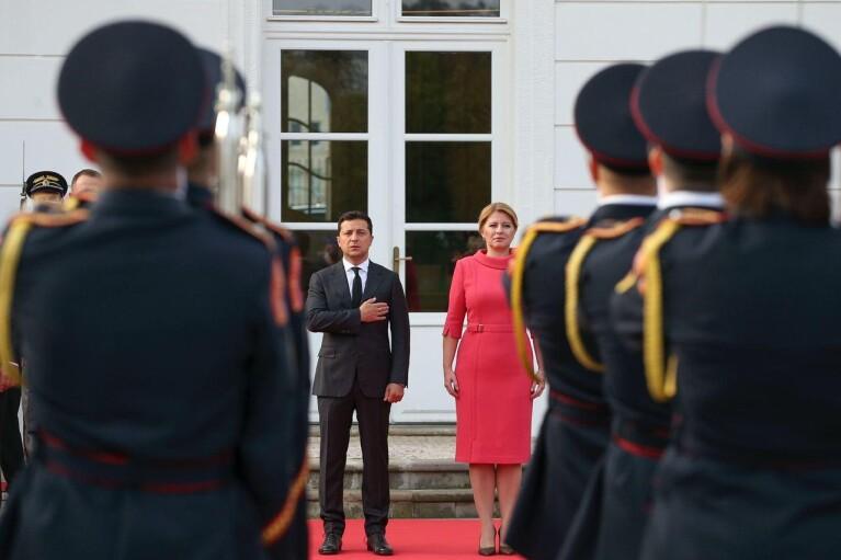 Зеленський подарував букет квітів президенту Словаччини (ВІДЕО)