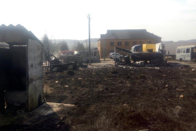 На Львовщине из-за выжигания сухой травы дотла сгорели три автобуса (ФОТО)