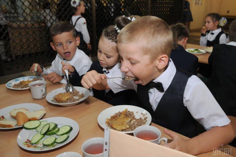 """Без сосисок і """"Кока-коли"""". Чим будуть годувати українських школярів"""