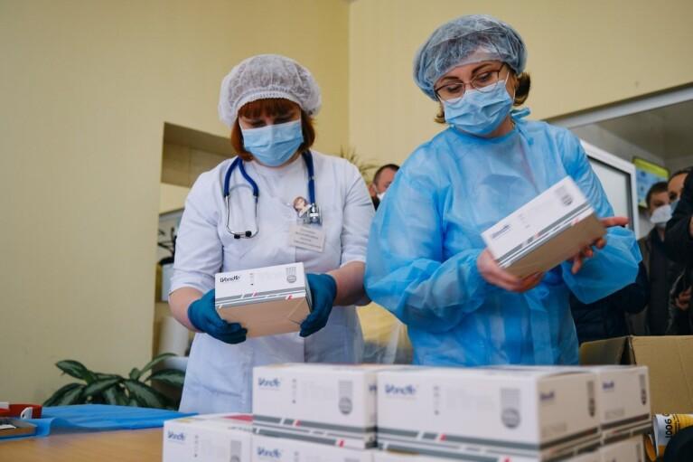 В МОЗі придумали, як віддячити медикам-вакцинаторам