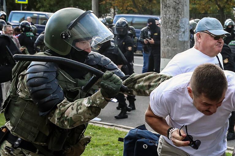 Жесткий капитулянт. Зачем Лукашенко демонстрировал Путину умение разгонять демонстрантов