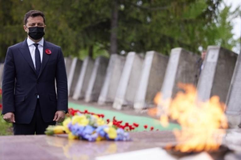 Зеленский с Ермаком и послами G7 посетили мемориал на Луганщине (ФОТО)