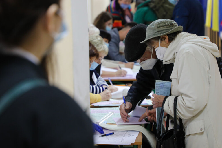 Экстремально низкая явка и сорвавшийся опрос Зеленского. Главные итоги дня выборов 25 октября