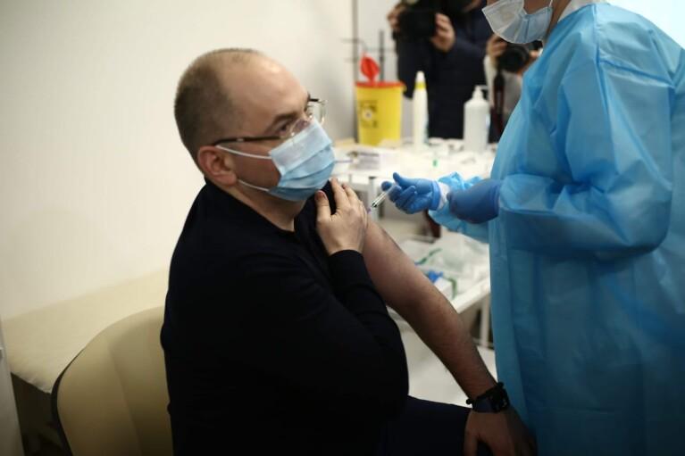 """""""Покажут пример"""": украинские министры провакцинируются от коронавируса"""