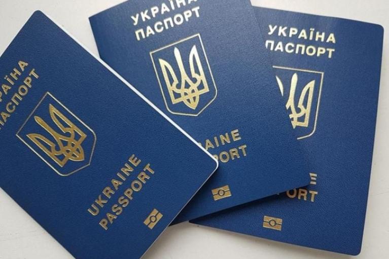В Европе надеются, что Украине перестанет выдавать по два загранпаспорта