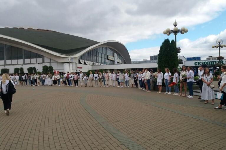Сотни женщин в белом вышли в центр Минска (ФОТО, ВИДЕО)