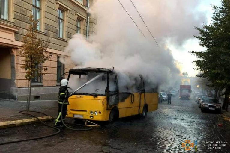 В Черновцах на ходу загорелась маршрутка с пассажирами