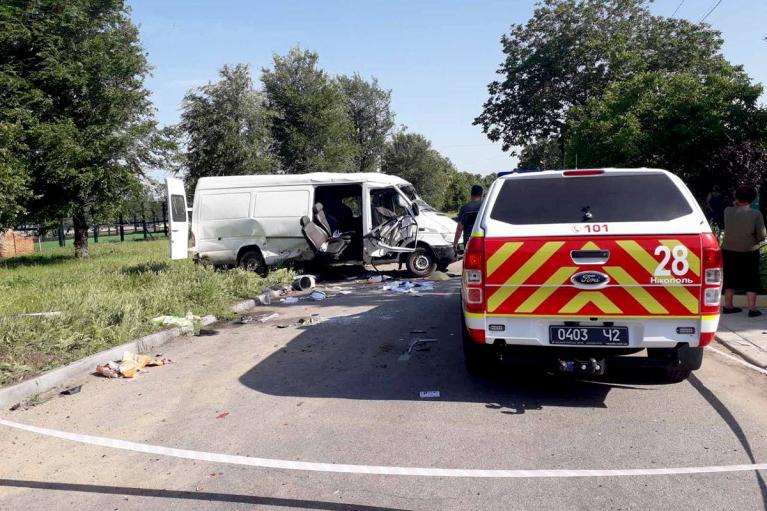 У ДТП з мікроавтобусом на Дніпропетровщині загибло двоє осіб, ще вісім — травмовано (ФОТО)