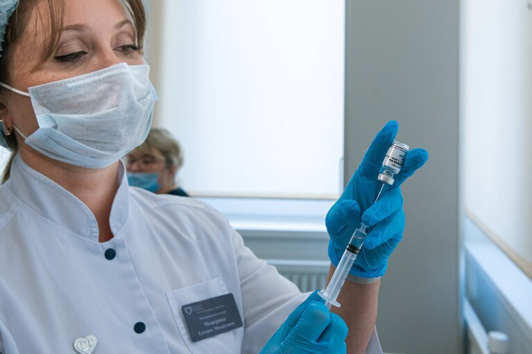 В Минреинтеграции готовятся вакцинировать жителей ОРДЛО: где можно будет привиться