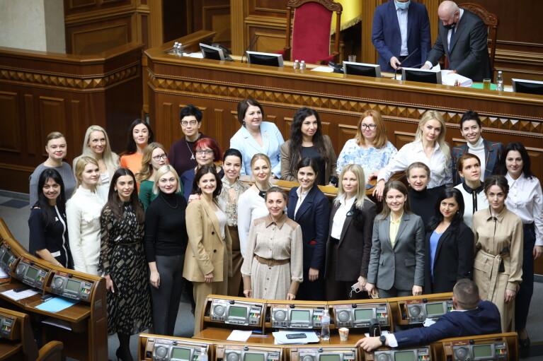 """Знаток """"корабельных сосен"""" Корниенко объявил о создании женского движения"""